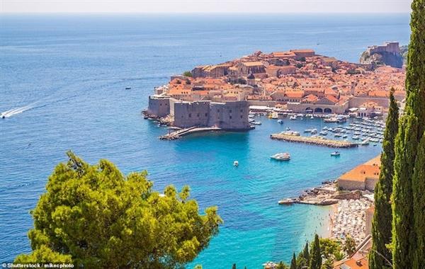 Đặc điểm nổi bật nhất là pháo đài St John, được xây dựng vào năm 1346 để chống lại cướp biển và tàu địch
