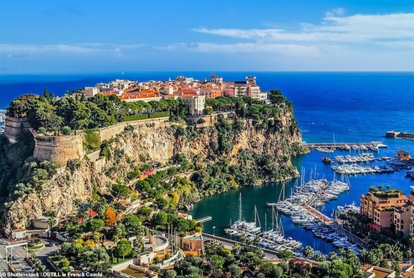 Nằm giữa hai cảng biển Fontvieillele (ảnh) và Herculele ở Monte Carlo, Monaco là vịnh đá Monaco cao 62 mét.