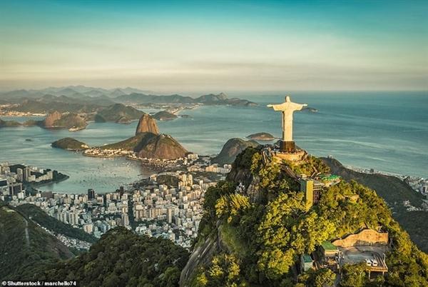 Đường bờ biển bao quanh Rio Janeiroro, với núi Sugarloafaf bảo vệ cửa vịnh Guanabarara và bức tượng Chúa Giê-su cao 39 mét nhìn xuống cảng biển từ đỉnh núi Corcovadodo.