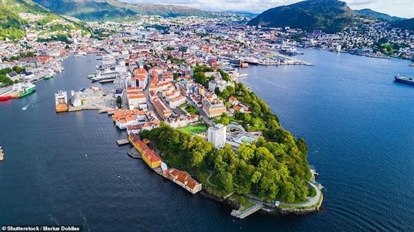 Phố biển Bergen bao quanh bởi 7 ngọn đồi. Nơi đây không chỉ nằm ngay sát bờ biển trong xanh mà còn hấp dẫn du khách bởi những ngôi nhà xinh xắn.