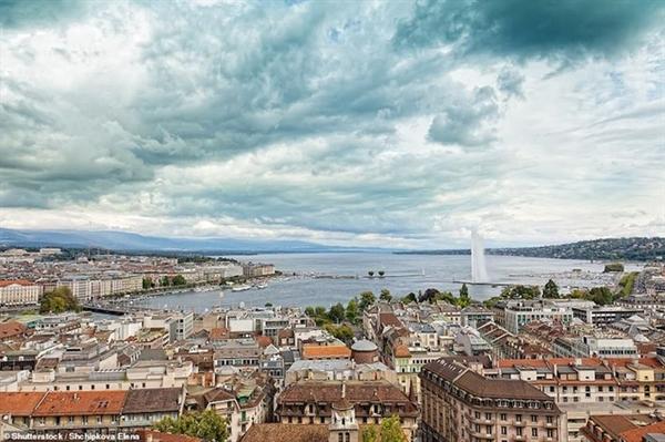 Cảng biển Geneva và hồ Geneva là những địa chỉ du lịch đáng chú ý. Đài phun nước phía bên phải ảnh có tên gọi là Jet d'Eau, có thể phun nước lên đến độ cao 140 mét.