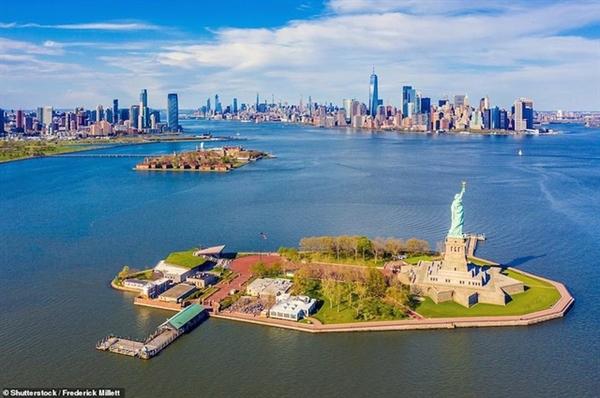 Hầu như ai cũng có thể nhận ra tượng Nữ thần tự do nhìn ra phía chân trời của thành phố New York ở khu vực cảng này.