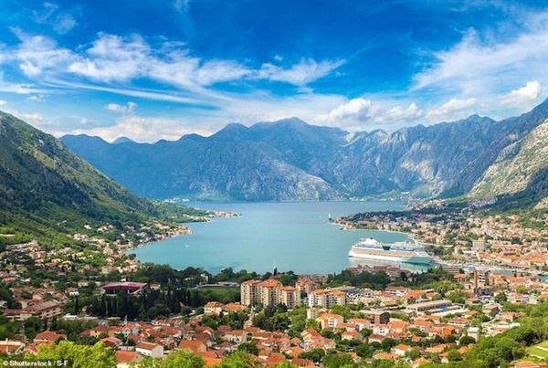 Còn nơi tuyệt đẹp này là cảng Kotoror trên biển Adriatic của Montenegro.