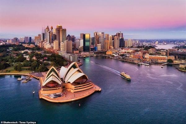 Cách tuyệt nhất để khám phá khu vực này là nhảy lên một chiếc phà đi qua nhà hát Opera House và cầu cảng Sydney.