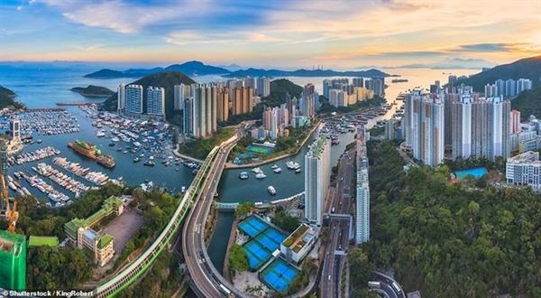 Ảnh chụp trên không đầy mê hoặc của cảng Aberdeen và cầu Ap Lei Chau ở Hồng Kông.