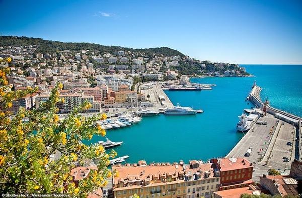 Bến cảng Nice - tên thật là cảng Lympia - là nơi tập trung các siêu du thuyền và những tòa nhà thế kỷ 18 tuyệt đẹp.