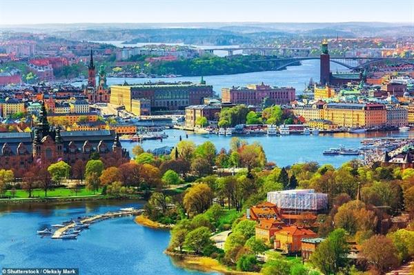 Khu phố cổ Ol Townwn và khu vực bờ sông Stockholm trông như một bức tranh tuyệt mỹ vào mùa thu.