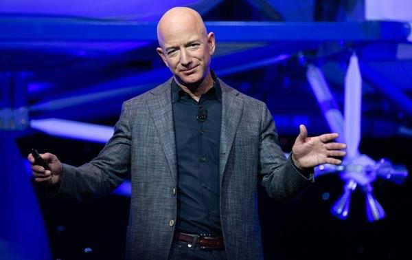Amazon là một trong số ít các công ty được hưởng lợi từ việc khóa coronavirus khi người tiêu dùng mua nhà ngày càng mua sắm trực tuyến. Ảnh: AFP