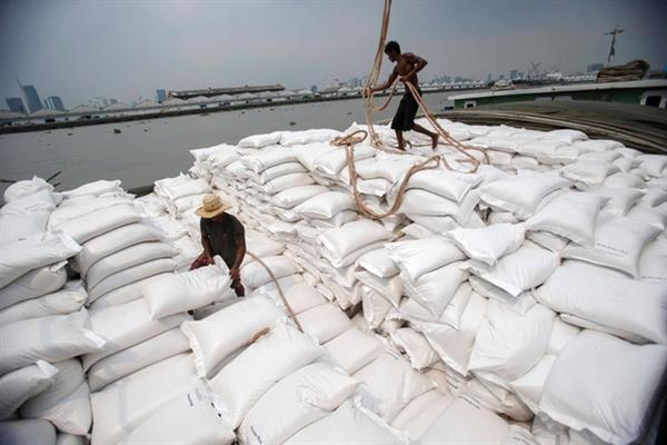 Các công nhân chuyển gạo lên tàu chở hàng trên sông Chao Phraya ở thủ đô Bangkok, Thái Lan. (Ảnh: Reuters)