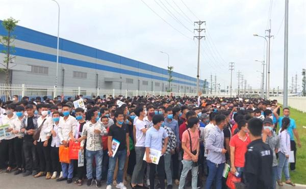 Hàng nghìn công nhân tham gia tuyển dụng tại nhà máy của công ty Luxshare-ICT (Ảnh: Luxshare-ICT)