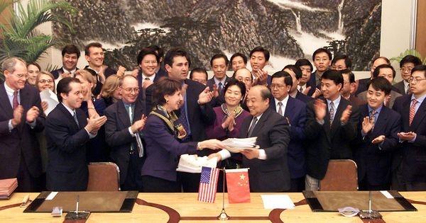 Bà Charlene Barshefsky (thứ 4 từ trái sang) tại cuộc họp về việc gia nhập của Trung Quốc vào WTO ngày 15.11.1999 tại Bắc Kinh. Nguồn ảnh: AFP