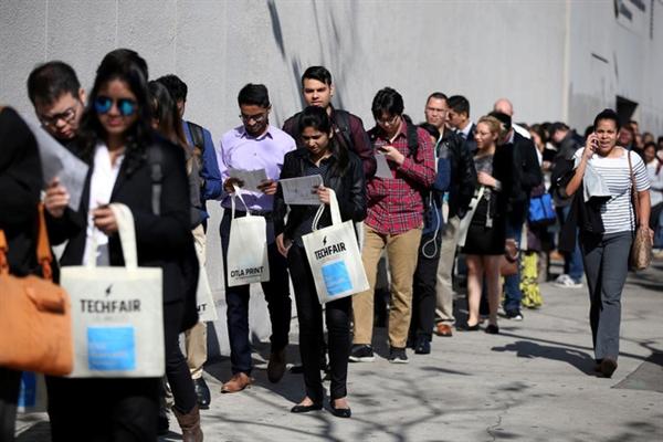 Theo Bộ Lao động Mỹ, trong tuần qua, số người nộp đơn xin trợ cấp thất nghiệp lần đầu vẫn đang duy trì ở mức cao kỷ lục, với trên 1,5 triệu người.  Báo chí Mỹ nhận định, điều này cho thấy tình trạng sa thải nhân công vẫn tiếp diễn và hậu quả của dịch COVID-19 đối với thị trường lao động nước này vẫn còn rất nặng nề.