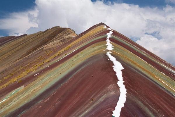 Núi cầu vồng, còn được gọi là Vinicunca hoặc Montaña de Siete Colores (Núi bảy màu), được bao phủ trong các sọc đầy màu sắc xuất hiện tự nhiên. Các sọc là một sản phẩm của thời tiết, khoáng vật học và điều kiện môi trường.