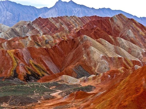 Công viên địa chất Zhangye Danxia, Trung Quốc, nước ngầm kết tủa để lại những mỏ khoáng chất đầy màu sắc trên núi. Nó đã trở thành một di sản thế giới được UNESCO công nhận vào năm 2009.