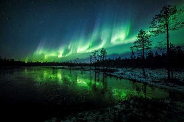 Ánh sáng Northern Lights còn được gọi là Aurora Borealis, ánh sáng phương Bắc có thể được nhìn thấy gần khi ở gần vòng Bắc Cực ở Alaska, Canada, Iceland, Greenland, Na Uy, Thụy Điển và Phần Lan.