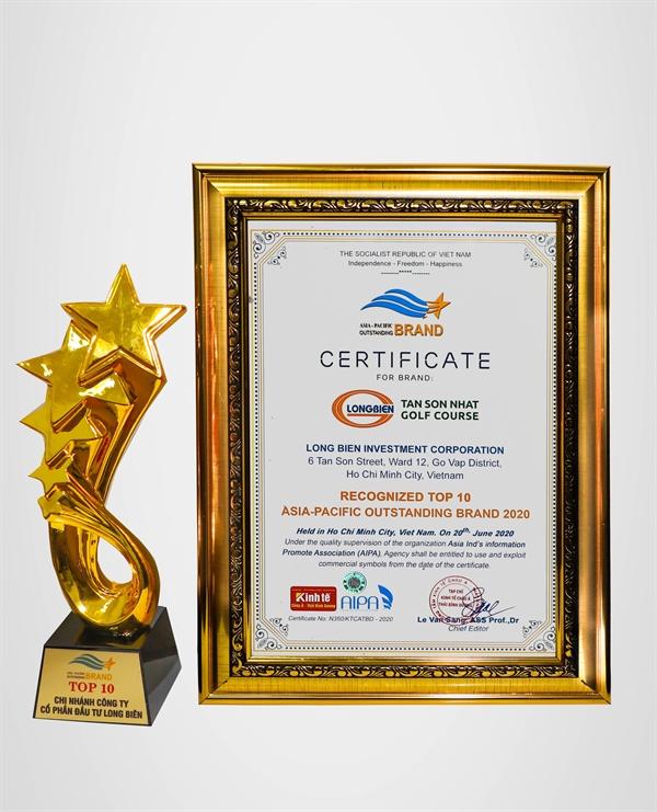 Cup và bằng khen do Tạp chí Kinh tế châu Á - Thái Bình Dương trao cho Công ty Cổ phần Đầu tư Long Biên.