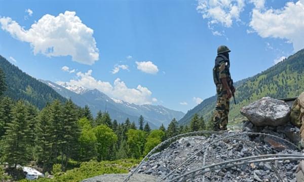Một người lính Ấn Độ giữ cảnh giác tại một trạm kiểm soát trên đường cao tốc dẫn đến Ladakh, gần hiện trường của cuộc đụng độ biên giới. Nguồn ảnh: Rex