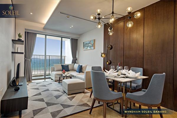 Nội thất hiện đại, trang trọng với phòng khách view biển