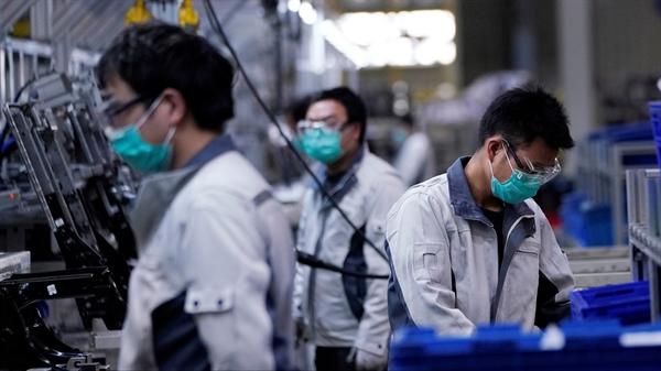 Công nhân Trung Quốc trong một nhà máy ở Thượng Hải. Nguồn ảnh: Reuters