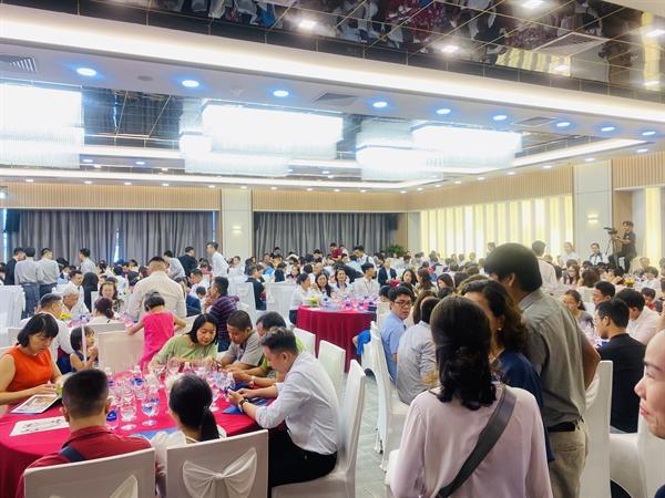 Khách hàng và chuyên viên tư vấn bật nhiệt với chính sách kích cầu của chủ đầu tư tại Toà tháp biểu tượng của Đà Nẵng.