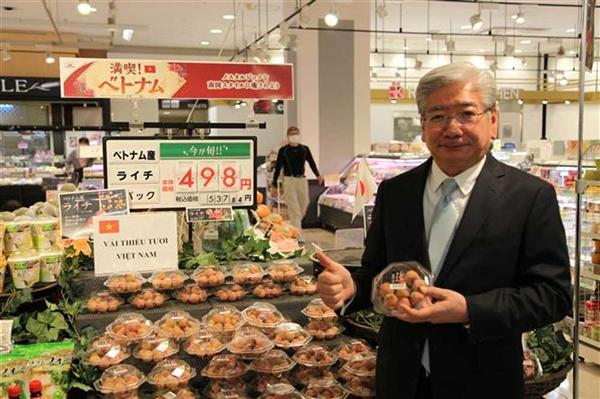 Ông Soichi Okazaki, Giám đốc Điều hành Công ty TNHH AEON, đánh giá cao chất lượng vải thiều của Việt Nam. Ảnh: Báo Bắc Giang
