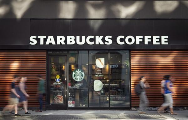Starbucks nối tiếp làn sóng tẩy chay Facebook. (Ảnh: City News)