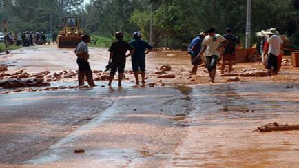 Lũ bùn đỏ ứng nghiệm lời nguyền tài nguyên