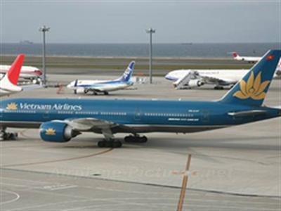 Máy bay mòn lốp, hơn trăm hành khách chờ 8 tiếng