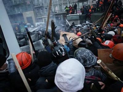 Người biểu tình Ukraine xông vào trụ sở đảng cầm quyền
