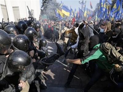 Đụng độ ác liệt ngay trước tòa nhà Quốc hội Ukraine