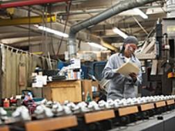Sản xuất của Anh tăng mạnh nhất 10 tháng