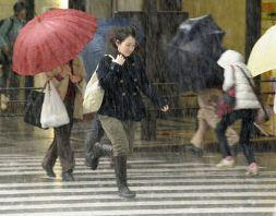 Giao thông Nhật Bản tê liệt do bão mạnh nhất 50 năm