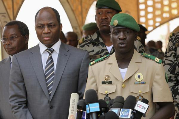 Tây Phi cân nhắc dỡ bỏ cấm vận và can thiệp quân sự vào Mali