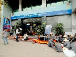 Chi nhánh Agribank tạm ngừng hoạt động do công ty đến đòi nợ