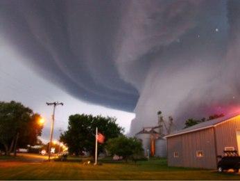 Lốc xoáy mạnh tấn công nước Mỹ