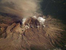 Núi lửa Nga hoạt động dữ dội, phun tro bụi cao 9km