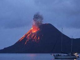 Núi lửa Indonesia phun trào sau động đất liên tiếp