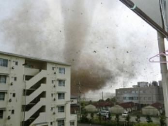Lốc xoáy bất thường tàn phá thủ đô Nhật Bản