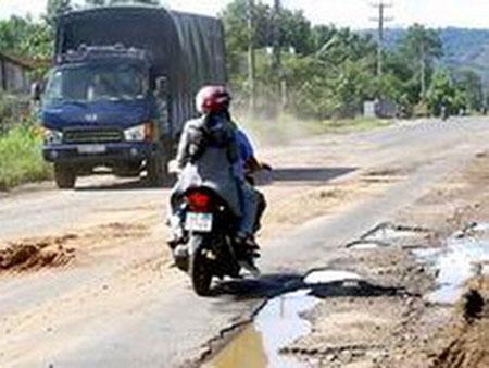 Hỗ trợ kinh phí nâng cấp 2 tuyến đường vận chuyển bô xít