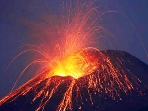 Núi lửa phun trào ở Colombia, 2.300 người sơ tán