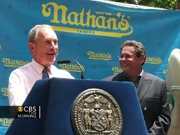 Thị trưởng New York Bloomberg lỡ miệng trong cuộc thi ăn xúc xích