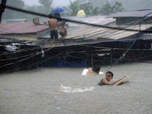 Cận cảnh thủ đô Philippines ngập trong nước lũ