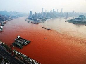 Nước sông Dương Tử bất ngờ chuyển sang đỏ thẫm