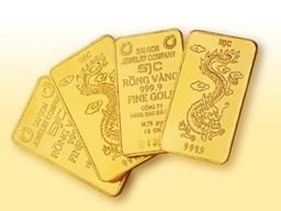 Nhiều người đến bán vàng, tiệm vàng phải làm giấy hẹn thanh toán tiền