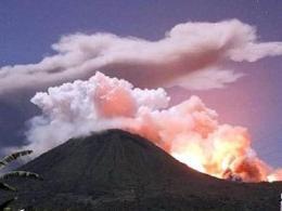 Núi lửa Indonesia phun trào mạnh