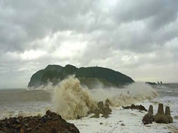 Đê biển lớn nhất Bắc Trung bộ bị sóng đánh sập