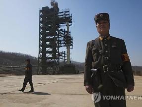 Yonhap: Triều Tiên đã đặt một tầng tên lửa vào bệ phóng