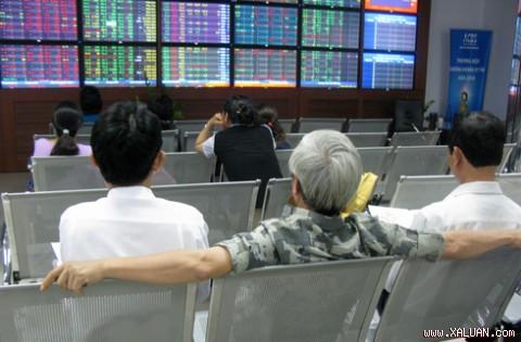 Thị trường tăng mạnh cuối phiên sáng, HNX-Index lên sát 53 điểm