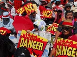 Người dân Nhật Bản biểu tình phản đối Mỹ triển khai máy bay quân sự
