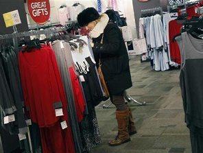 Thế giới thắt chặt hầu bao mùa mua sắm